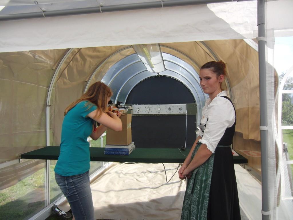 Cornelia beim Schießen mit dem Luftdruck-Gewehr