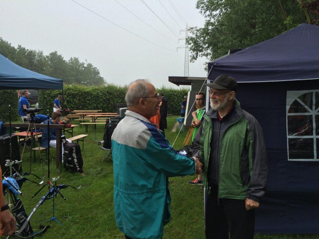Die Teilnehmer begrüßen sich freunlich. Hier link Wahlried Niedersberger und rechts Bezirksbogenreferent Fredy Klostermeier