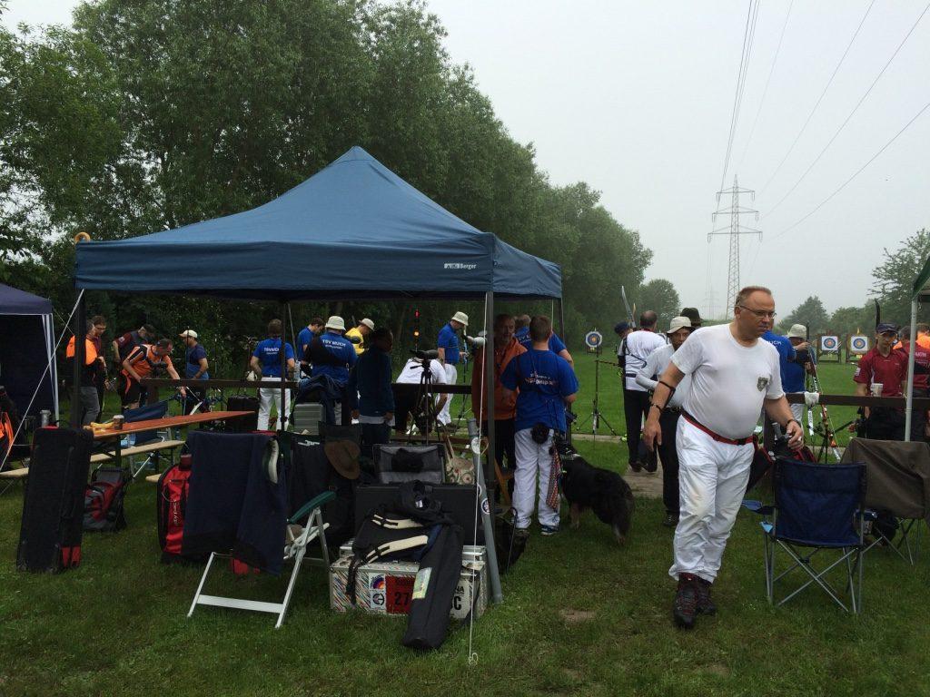 Wir haben Zelte aufgebaut um de Teinehmern den notwendigen Schutz vor Sonne und Regen zu bieten