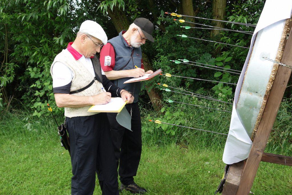 Die Seniorenklasse schießt dieses Jahr zum ersten Mal auf die verkürzte Entfernung von 50 m. Fredy und Walfried sind nicht glücklich über die Verkürzung und hätten gerne lieber auf die 70m geschossen.