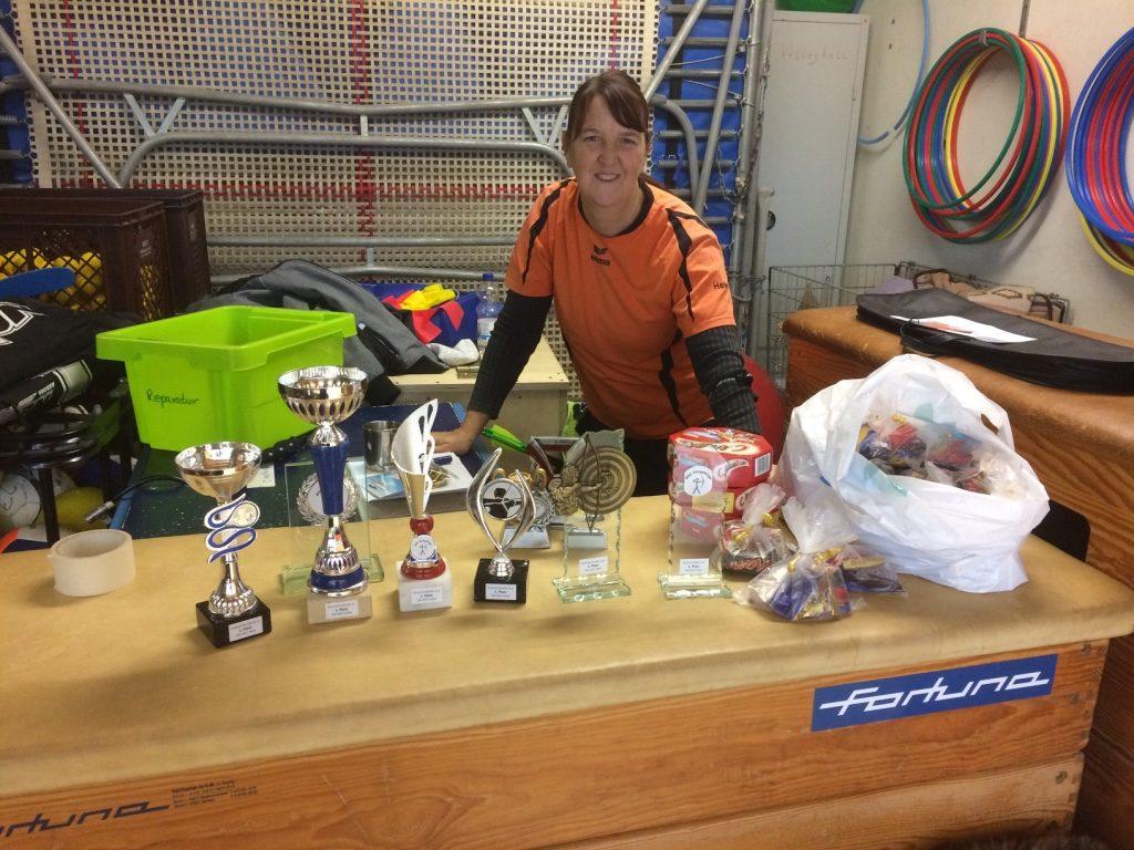 """Heike hat für die Schüler und die Jugend Pokale bereit gestellt, außerdem gab es für die Sieger auch eine """"süße"""" Überraschung."""