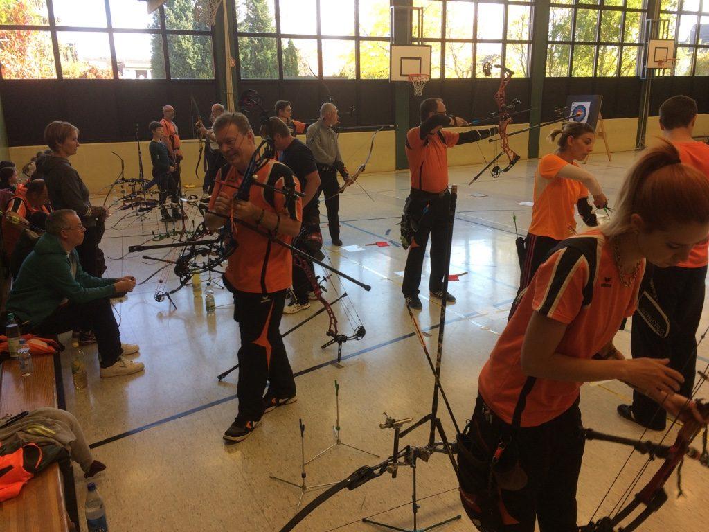 Bogenschützen arrangieren sich und sind sehr diszipliniert um den Schießablauf zu ermöglichen.