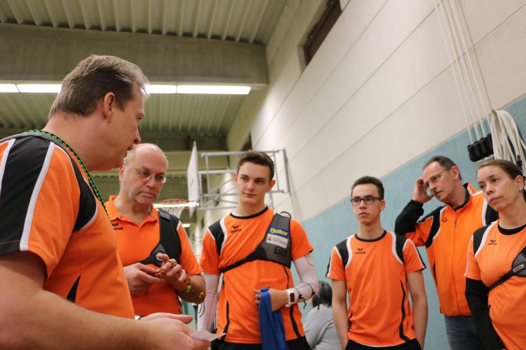 Teamkapitän Jörg schwört das Team ein