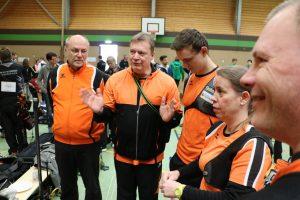 Jörg schwört die Mannschaft für den Wettkampf ein.