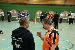 Match gegen Krefeld; die Team-Kapitäne diskutieren das Ergebnis.