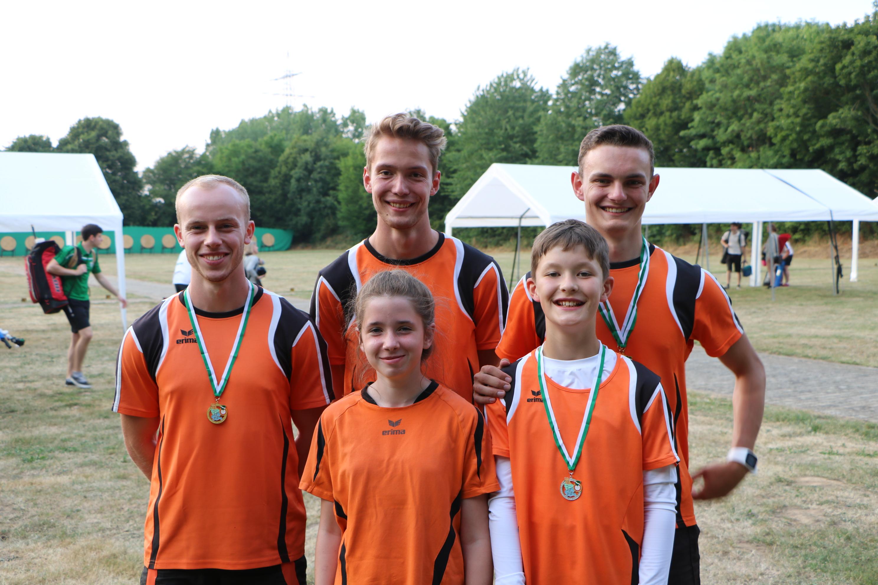 die Recurveschützen Marco, Celine, Markus, Mika und Christoph